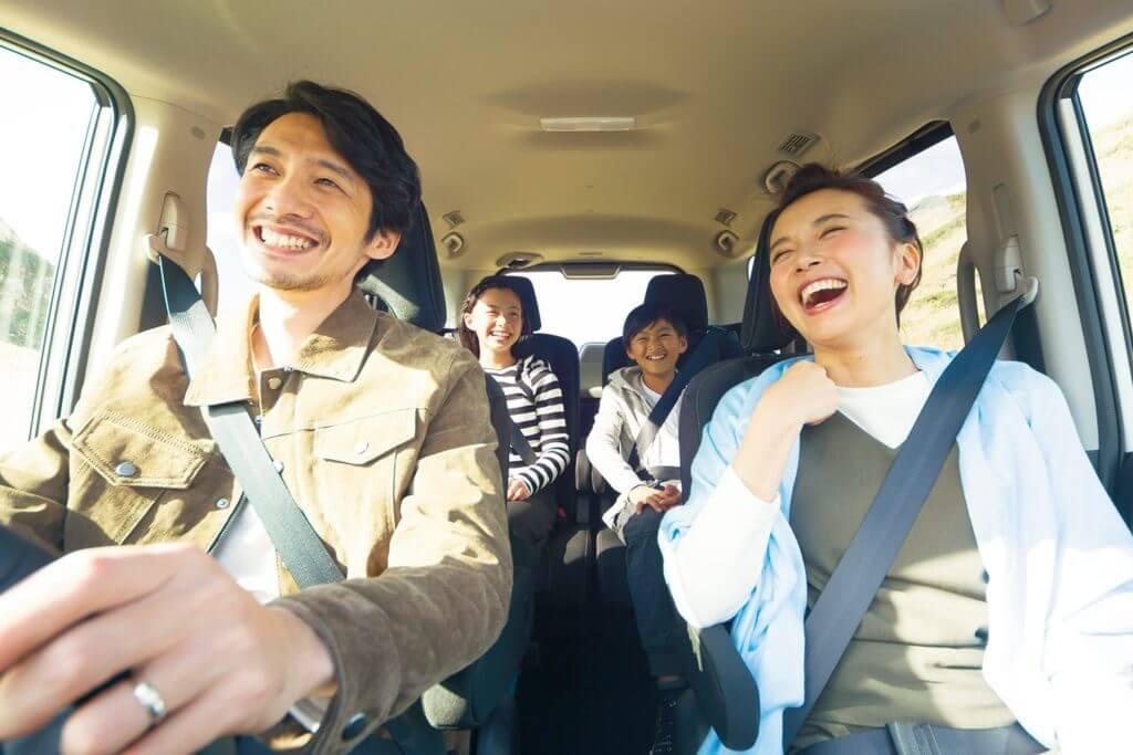 家族でドライブする写真